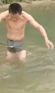 男子河中摸鱼被蛇咬要害