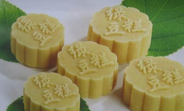 山东小吃 山东绿豆糕的制作材料:绿豆粉750克,白糖500克,蜂蜜100克
