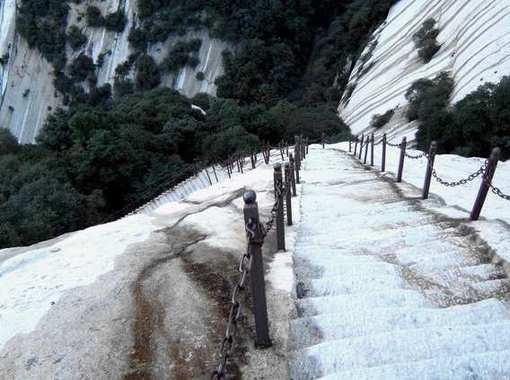 华山风景区位于陕西省渭南华阴市境内,距西安120公里,在全国乃至世界