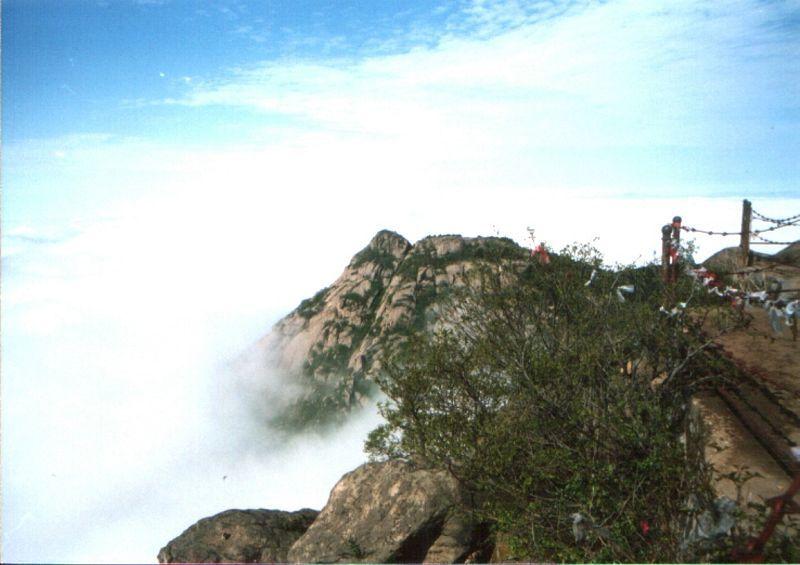 齐长城景区,有建于春秋时代的齐长城遗址;溶洞群风景区,在方圆五公里