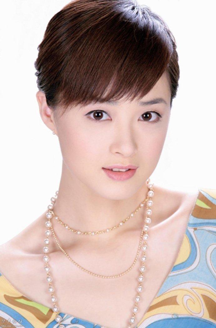 《大脚马皇后》,饰演吕丽萍饰演的皇后的丫头秋菊;2003年蒋欣参演林志