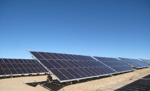 系统分类 光伏发电系统分为独立光伏系统和并网光伏系统。  1、独立光伏发电也叫离网光伏发电。主要由太阳能电池组件、控制器、蓄电池组成,若要为交流负载供电,还需要配置交流逆变器。独立光伏电站包括边远地区的村庄供电系统,太阳能户用电源系统,通信信号电源、阴极保护、太阳能路灯等各种带有蓄电池的可以独立运行的光伏发电系统。 2、并网光伏发电就是太阳能组件产生的直流电经过并网逆变器转换成符合市电电网要求的交流电之后直接接入公共电网。可以分为带蓄电池的和不带蓄电池的并网发电系统。带有蓄电池的并网发电系统具有可调度性,