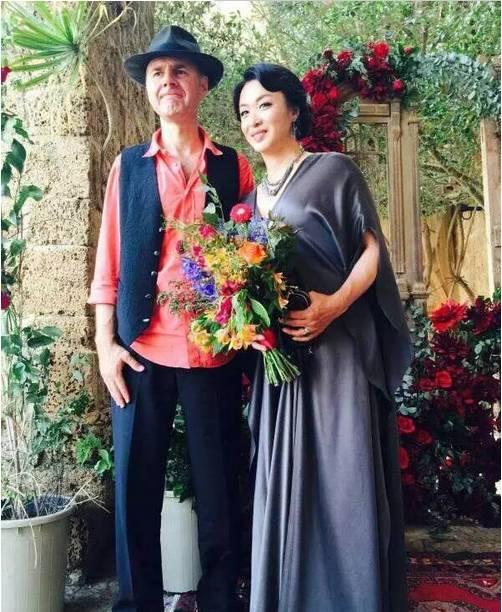 他23岁娶妻,28岁变性,38岁嫁人,49岁活成传奇! - 蔷薇花 - 蔷薇花