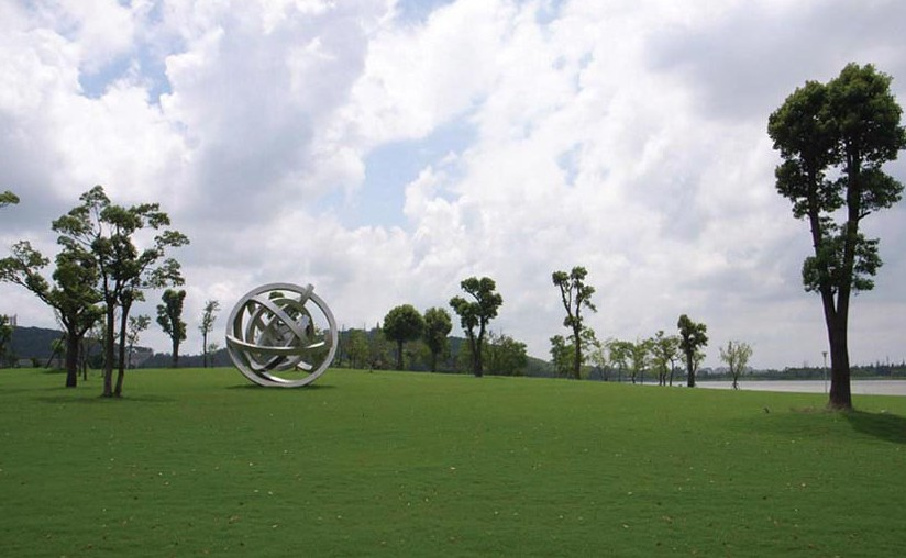 公园入口设计精致简约,正中央耸立的巨型雕塑「飞向永恒」,也是一座