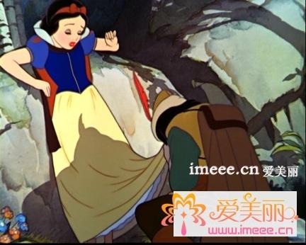 白雪公主非常善良,有爱心,她经常和动物一起玩耍.