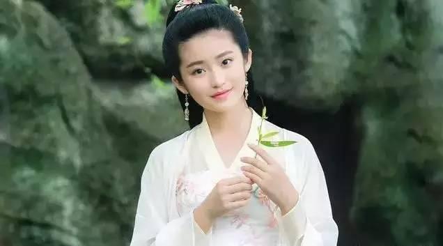 她9岁搭戏刘诗诗红遍全国,12岁叫板杨幂孙俪,她没有长残而是长成了个美人胚子。