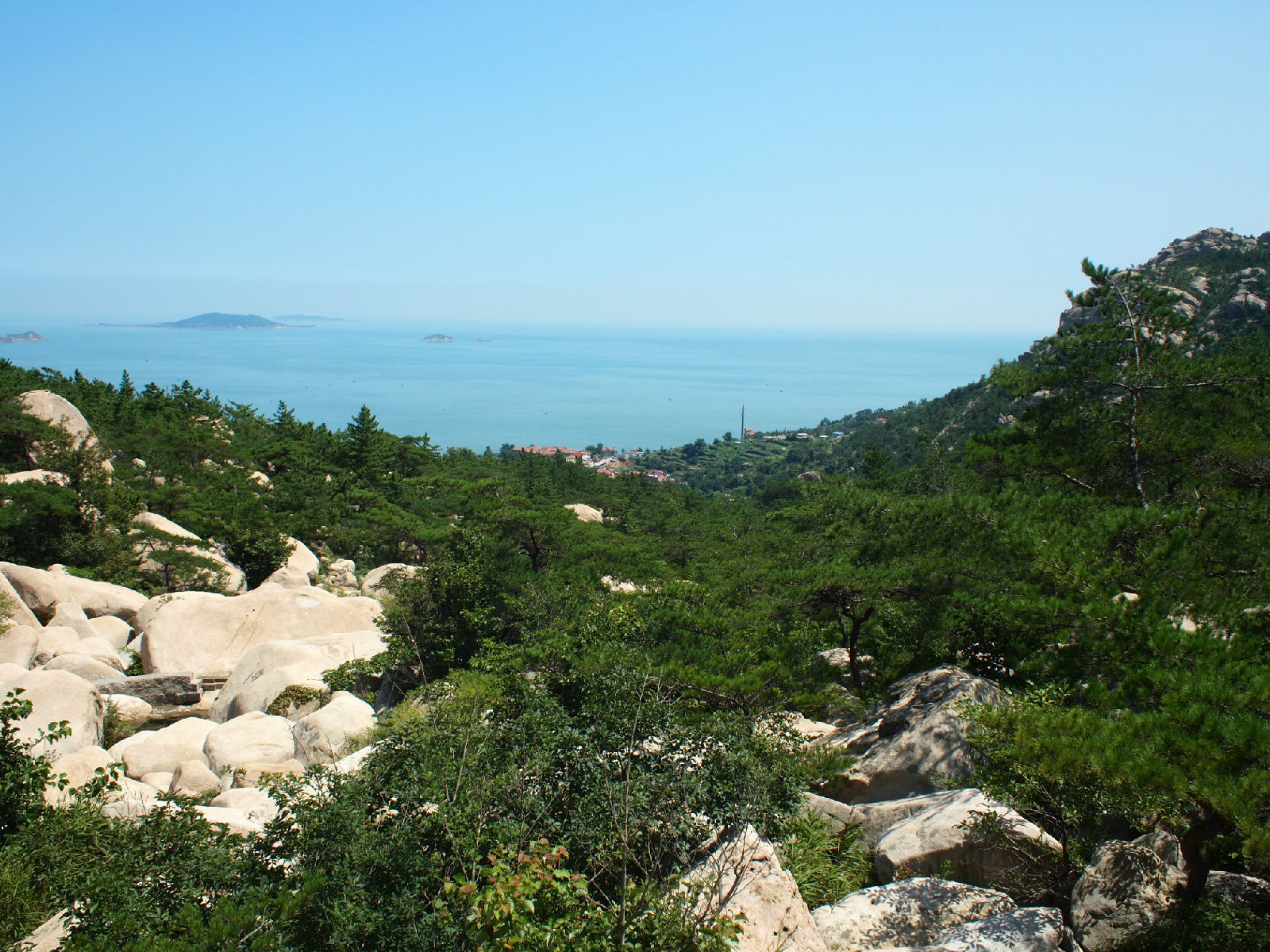崂山是山东半岛的主要山脉,最高峰崂顶海拔1133米,是中国海岸线第一