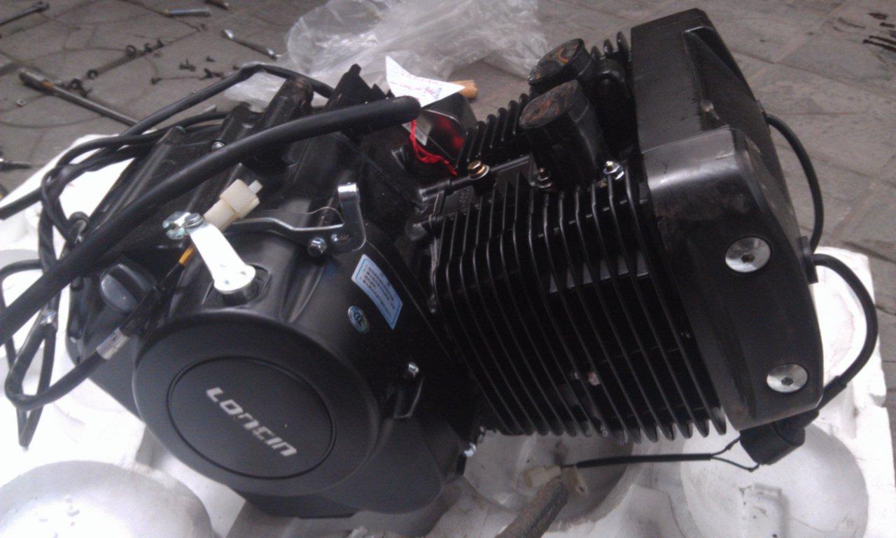 双缸发动机,是指有两个气缸的发动机,它是由两个相同的单缸排列在一个机体上共用一根曲轴输出动力所组成。 双缸发动机,是一种能够把一种形式的能转化为另一种更有用的能的机器。通常是把化学能转化为机械能。有时发动机既适用于动力发生装置,也可指包括动力装置的整个机器,比如汽油发动机,航空发动机。动机总的主要部分就是气缸,这里就是整个汽车的动力源泉。