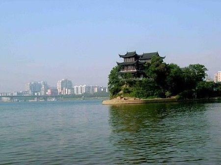 她侧依回雁峰,前有湘江环带,东洲岛浮现于前方江面,蒸水在北面由西而