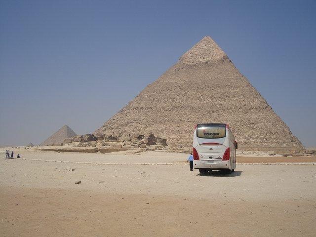 海夫拉金字塔位于埃及开罗郊外吉萨地区,海夫拉金字塔高143.5m,底边长215.25m。塔尖上不曾风化的光滑表面好像给金字塔戴了帽子,所以这一座也被埃及人称为戴帽子的金字塔。 举世闻名的狮身人面像便紧挨着海夫拉金字塔,据传人面是海夫拉的模拟像。长期以来,由于该金字塔内的湿度过大、通风较差,墓室内部的墙壁出现裂缝。1992年,海夫拉金字塔又经历了一次强度为5.4级的地震,受到了部分损坏。此后经过两年多的全面修缮,于2001年7月重新开放。2012年10月,关闭三年进行修复的海夫拉金字塔重新开放。