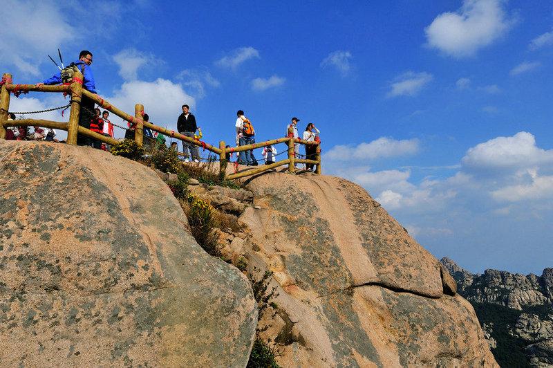 折叠 编辑本段 地理位置 崂山巨峰风景游览区位于位于青岛市东部崂山
