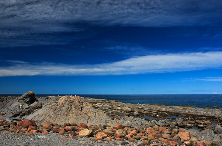 由纽芬兰岛和拉布拉多半岛东部组成,两者之间为贝尔岛海峡隔开,最狭处