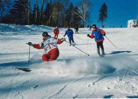 滑雪场坐落在沈阳市东北方向群山环绕,林海苍茫的怪坡aaaa级风景区内